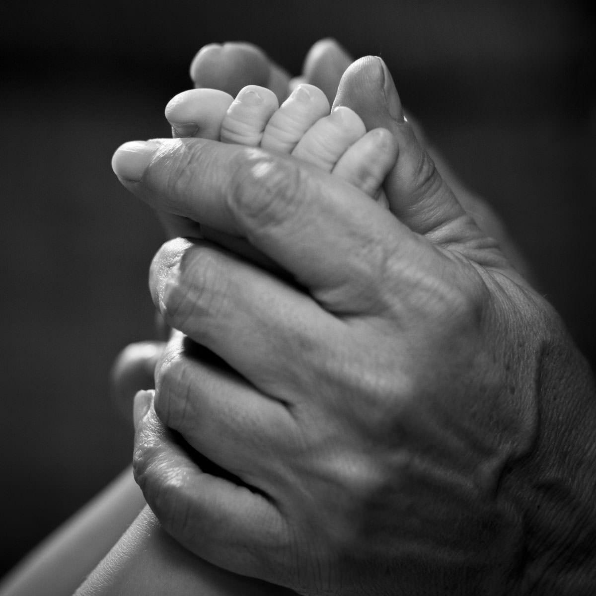 Vemos las manos de unos novios en MAdrid fotografiados por un fotógrafo de bodas.