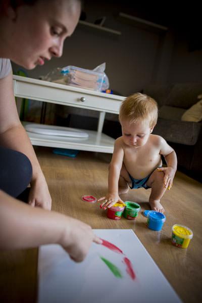 Fotografos Getafe haciendo fotos a una novia con su hijo pequeño jugando sobre la alfombra.