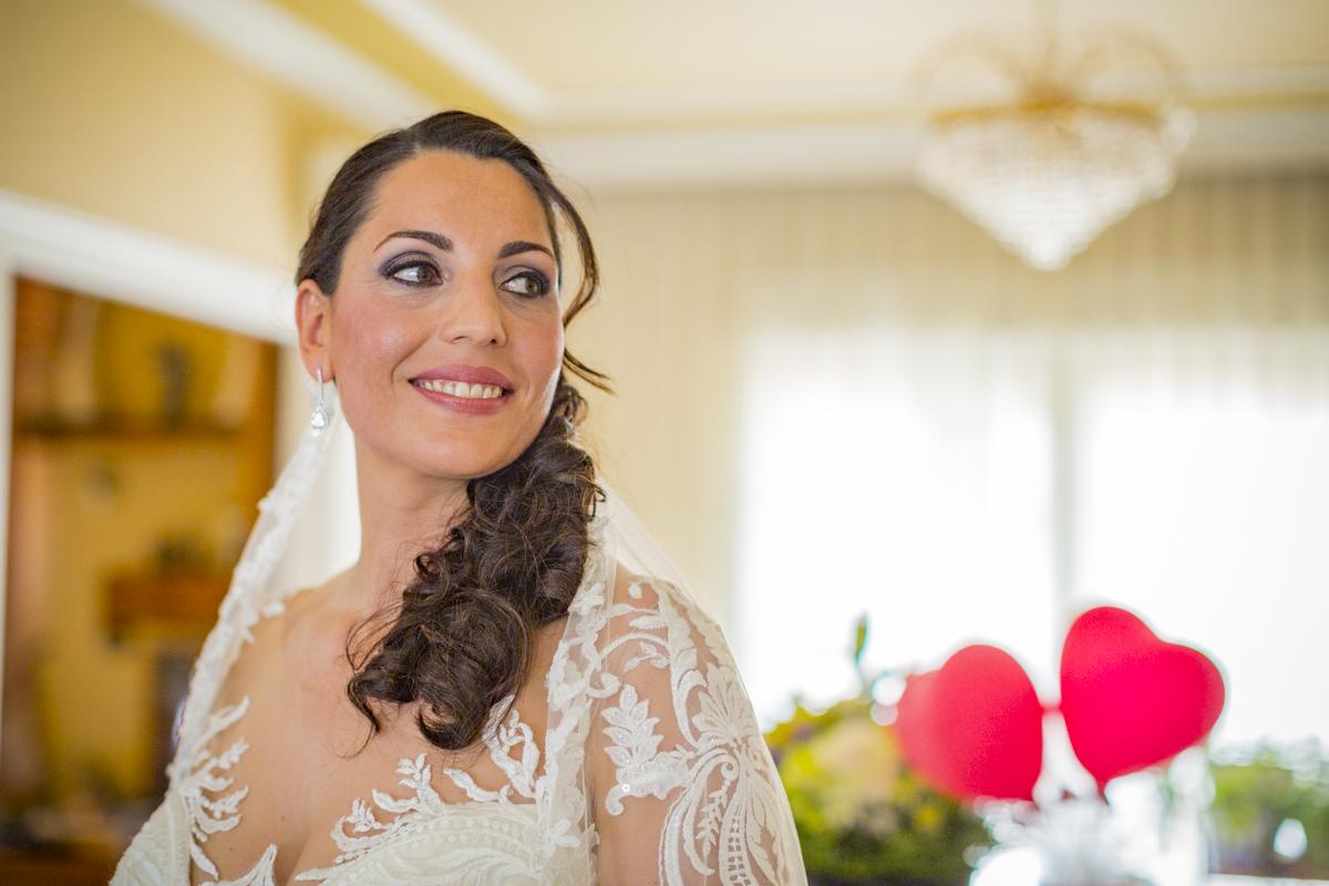 Preciosa novia con tocado y peinado de coleta.